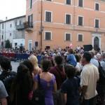 serata-medievale-2013-pergola-piazza-piena-turisti