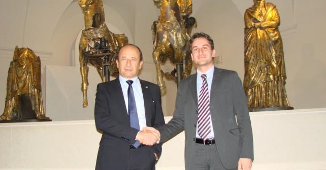 Il Direttore di Confcommercio Varotti e il Sindaco di Pergola Baldelli suggellano l'accordo per la promozione nel mondo del Museo dei Bronzi con una stretta di mano